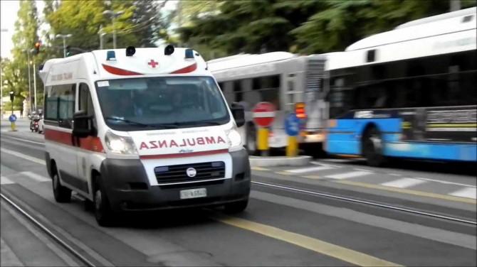 Travolto da un motorino mentre attraversava la strada: morto 80enne