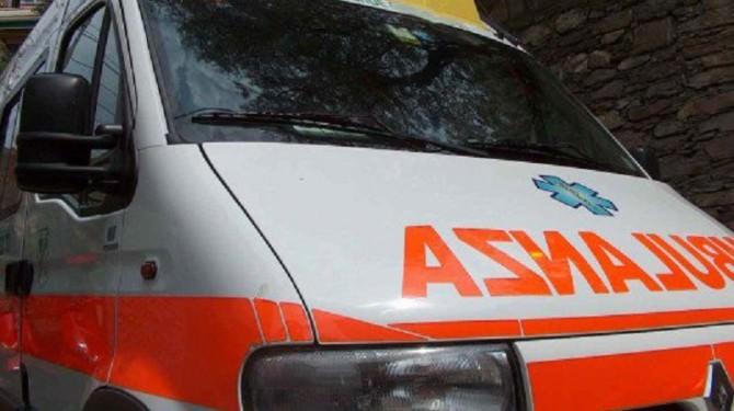 Grave incidente al lungomare, auto invade corsia opposta e vettura fa testacoda: 22enne in prognosi riservata