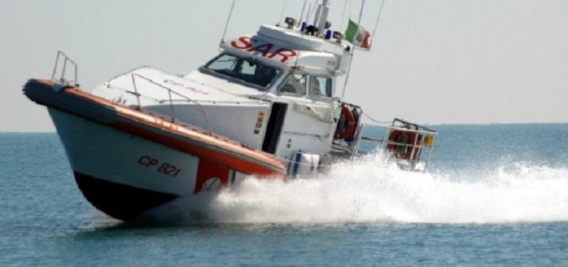 Paura al largo della costa, barchino con migranti rischia di affondare: scatta l'operazione Sar