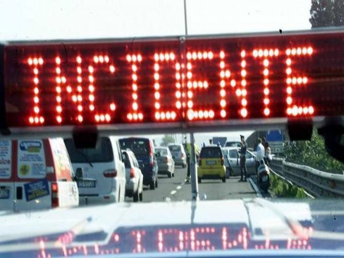 A20 in tilt: scontro fra due auto, entrambe si ribaltano. Feriti i conducenti