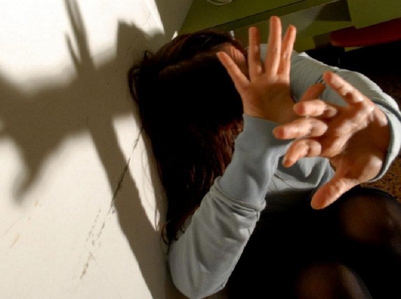 Calci e pugni alla moglie davanti alla figlia di 5 anni: arrestato
