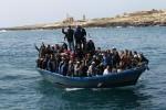 A bordo di un barchino 25 migranti sbarcano direttamente in spiaggia: bloccati alcuni di loro