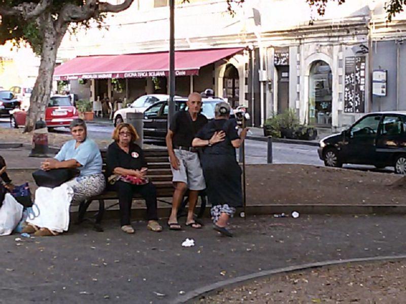 """In una panchina tutto il giorno malgrado abbiano una casa: la storia della """"famiglia di piazza Palestro"""""""