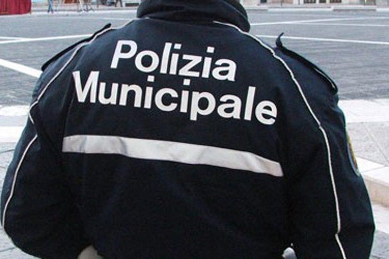"""Catania, conducente fa """"strike"""" in via Crispi: investe auto, pedoni, segnaletica e mezzi parcheggiati"""