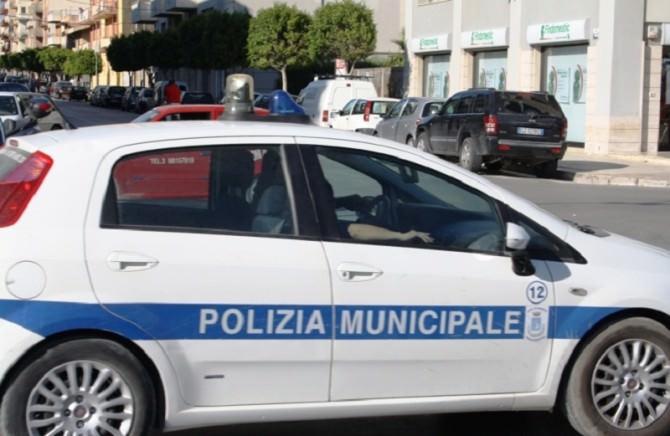 """Dalla merce abusiva all'inciviltà """"sovrana"""", controlli della polizia municipale: verbali, segnalazioni e sequestri"""