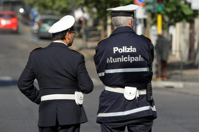 Controlli in città, violazione delle norme Covid: assembramento e alcolici dopo le 18, gestori multati