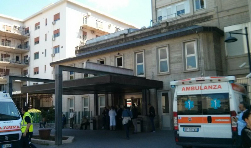 Giallo a Palermo: uomo accoltellato in casa, è grave
