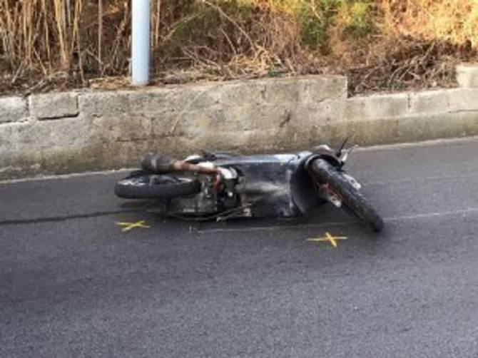 Taglia la strada ad uno scooterista e scappa: un ferito