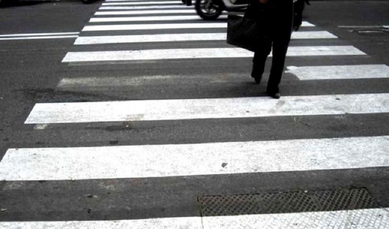 Incidente al viale Luigi Cadorna, auto travolge pedone: donna al Pronto Soccorso, polizia sul posto