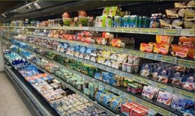 Ruba merce dagli scaffali di un supermercato, ma viene beccata dai poliziotti: arrestata 45enne