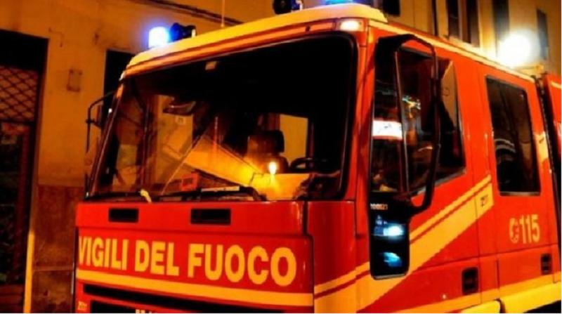Incendio in un'abitazione: una persona intossicata