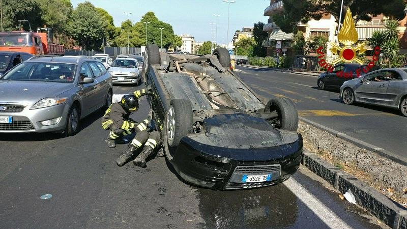 Catania, incidente autonomo alla Circonvallazione: auto si ribalta. Traffico in tilt. LE FOTO