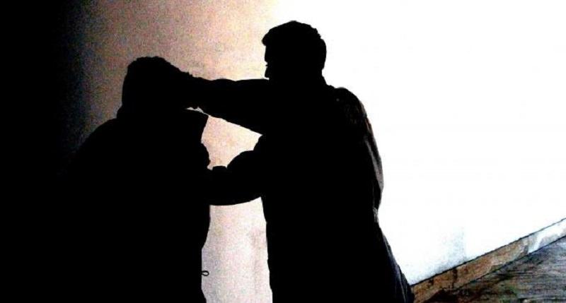 Extracomunitario strattona e palpeggia donna per strada, l'arrivo di un amico la salva dalla violenza sessuale