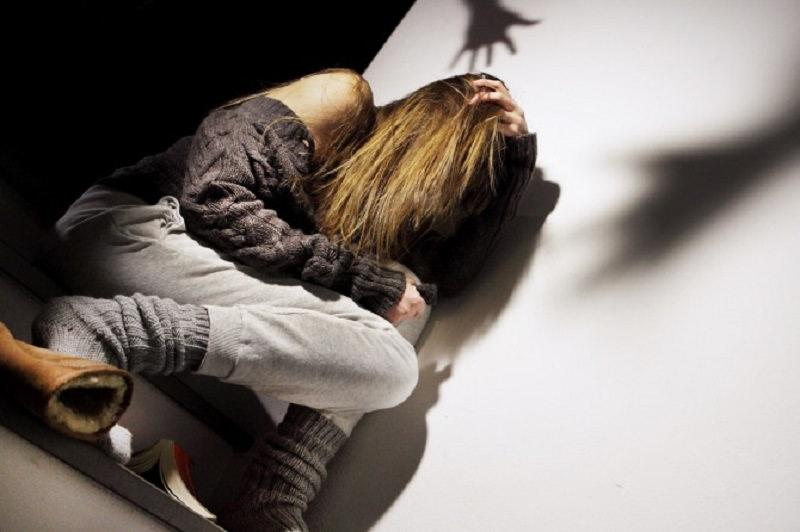 Ai domiciliari per maltrattamenti contro l'ex picchia la nuova convivente: 29enne in carcere