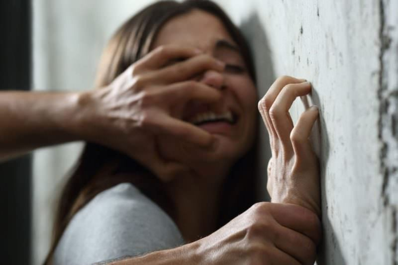 Si apposta dentro il palazzo di una donna e tenta di stuprarla: lei si salva gridando, condannato il violento