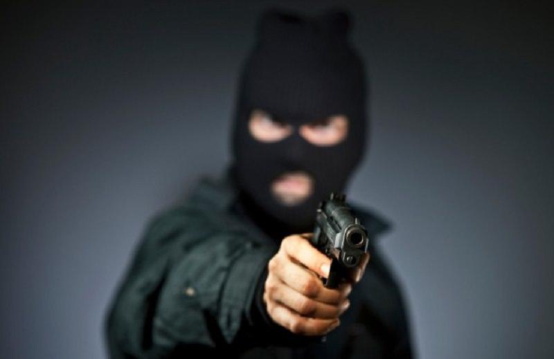 Rapina a mano armata nella filiale Credem: banditi portano via bottino da 70mila euro
