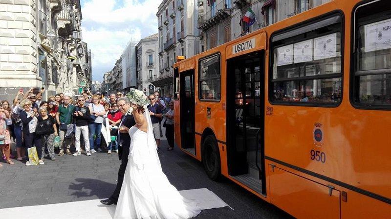 Matrimonio in bus a Catania: la sposa arriva sulla vecchia linea 30