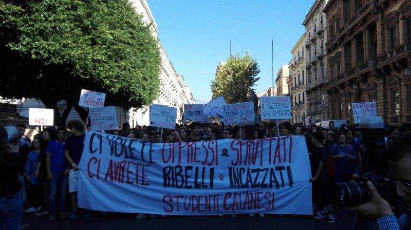 """""""Buona Scuola"""" e Alternanza Scuola-Lavoro: studenti protestano anche contro il Mc Donald's"""