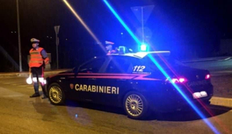 Speronano carabinieri dopo furto: malviventi abbandonano il bottino e fuggono