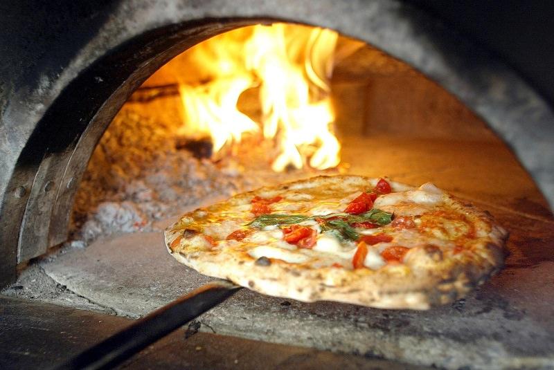 Mangiano la pizza e scappano via senza pagare il conto, acciuffati dai camerieri