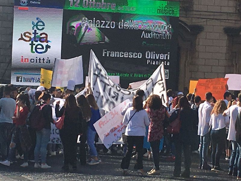"""""""Vogliamo aule adeguate, basta coi doppi turni"""": gli studenti dell'alberghiero di Catania scendono in piazza"""