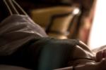 Mani nelle parti intime della moglie mentre dorme, lei non è d'accordo: per la legge è reato