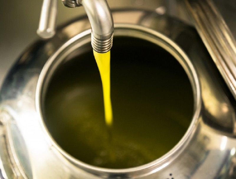 """Olio di semi """"modificato"""" e spacciato per Extravergine di oliva: denunciato 42enne"""