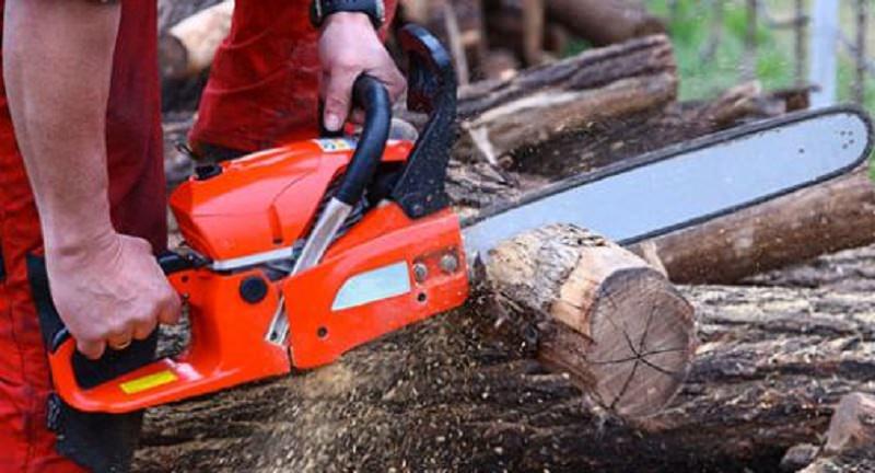 Taglia la legna ma la motosega gli trancia un piede: dramma per un uomo di 50 anni