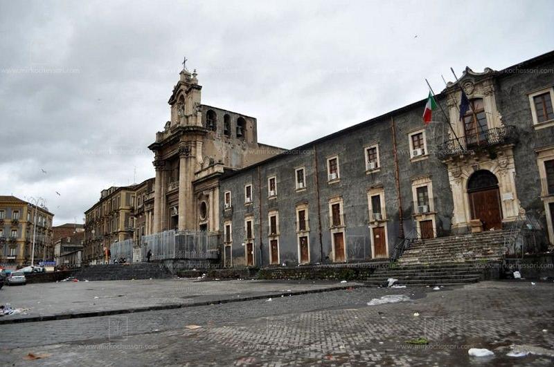 Catania, assembramenti in piazza Carlo Alberto: segnalati in 4 dopo aggressioni ad agenti
