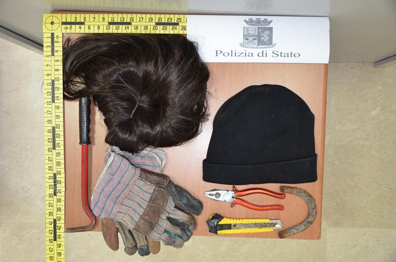 Parrucca, taglierino e tondino di ferro: fermato uomo sospetto in via Morandi