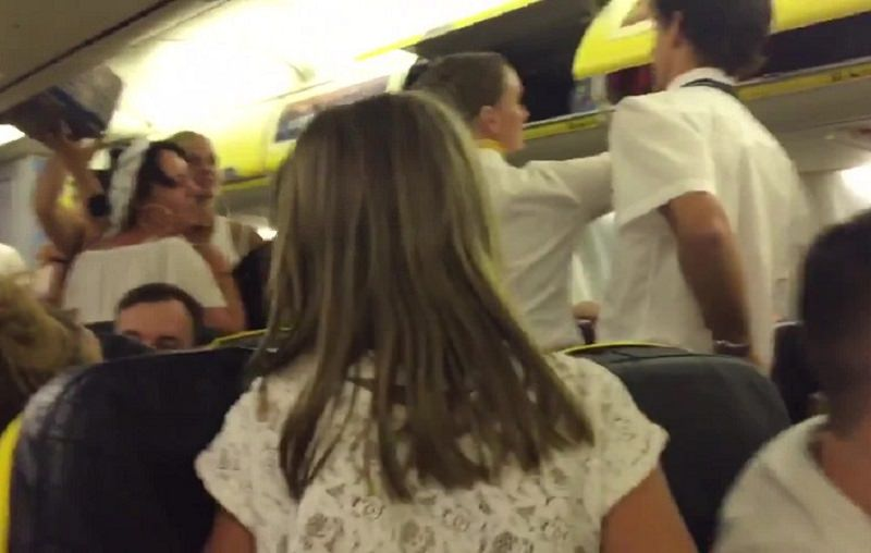 Uomo aggredisce hostess per un bagaglio: lite furiosa sul volo Roma-Palermo