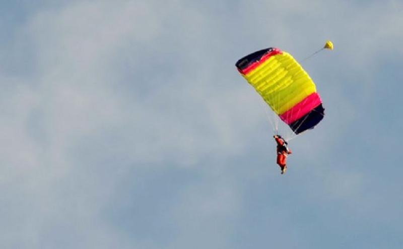 Tragedia all'aeroporto, paracadutista si lancia e muore schiantandosi al suolo: indagini in corso