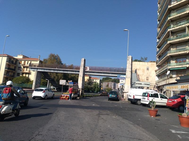 Situazione all'estremo in via Due Obelischi, è necessario mettere la zona in sicurezza