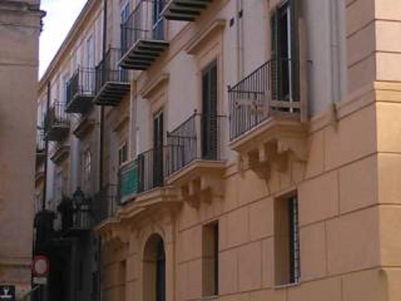 Arrivano i carabinieri in casa sua e impaurito si lancia dal balcone: senegalese ricoverato al Civico