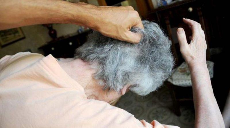 Buste di plastica in testa e cuscini sul volto, terrorizzava e rapinava anziane: arrestato 22enne
