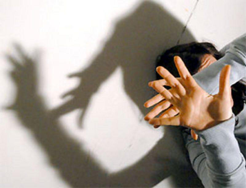 Rompe finestra ed entra in casa dell'ex convivente per minacciarla: arrestato 42enne