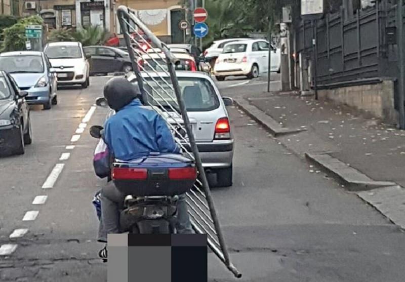 """I catanesi e le loro """"genialità"""": girovagare in motorino… con una transenna!"""