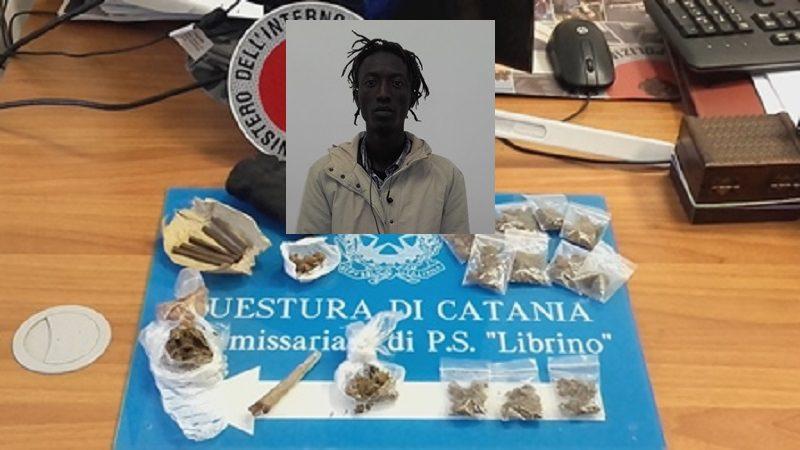 """Cerca di vendere il """"fumo"""" ai poliziotti: """"Qui la droga, datemi 10 euro"""""""
