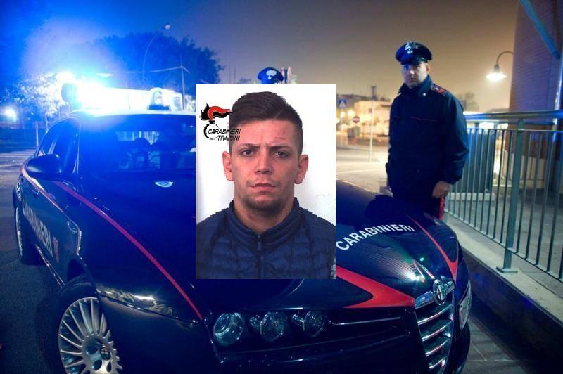 Distrugge 15 auto e un bancomat con un bastone in ferro: arrestato 20enne