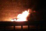 Fuoriesce carburante, auto storica divorata dalle fiamme: un anziano all'interno