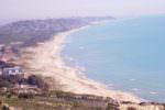 Macchie bianche e schiuma: segnalazioni dei bagnanti allarmati sul litorale di Gela