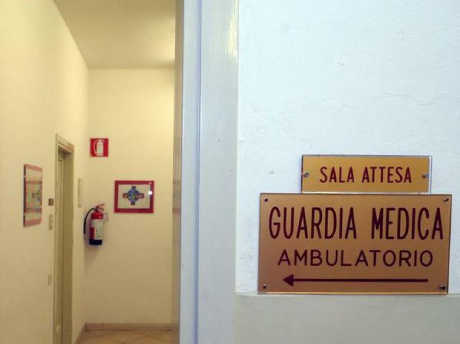 Ubriaco molesta e perseguita di notte i medici della guardia medica: arrestato 51enne