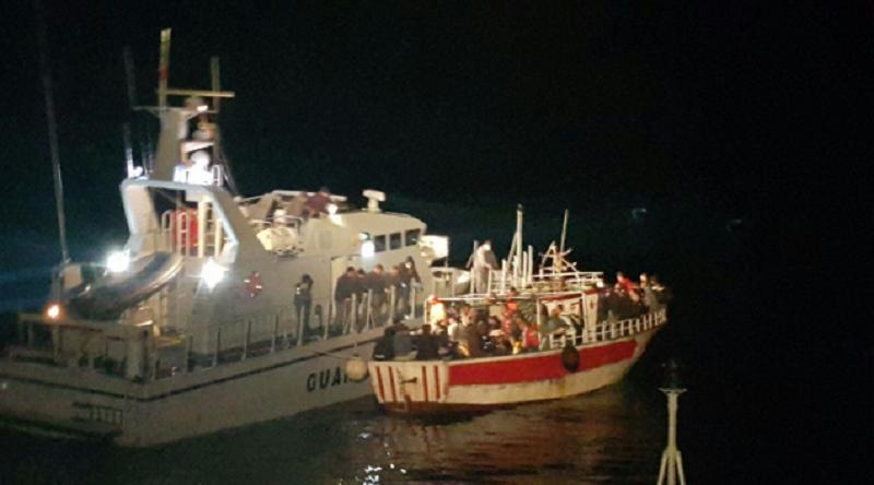Sbarco fantasma: migranti in fuga tra le campagne di Zingarello