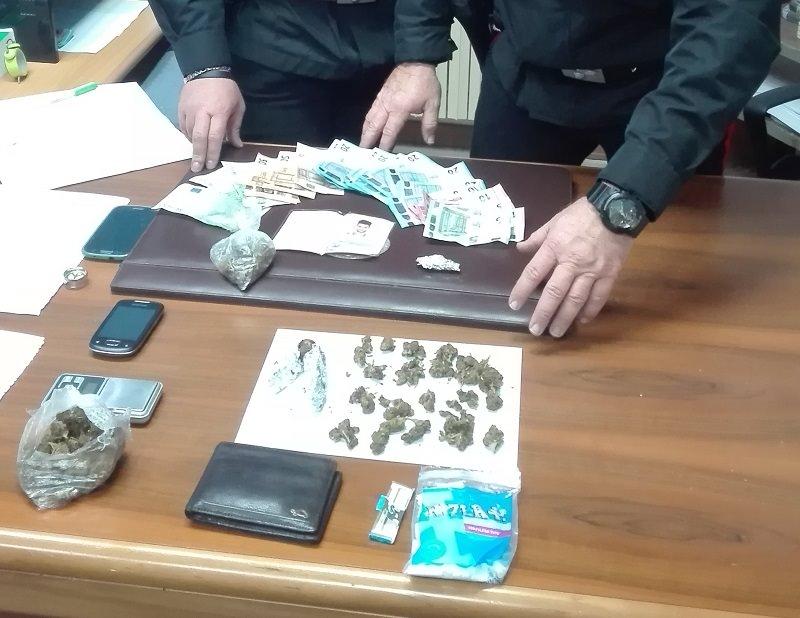 Libri in mezzo a marijuana e denaro: arrestato studente-pusher