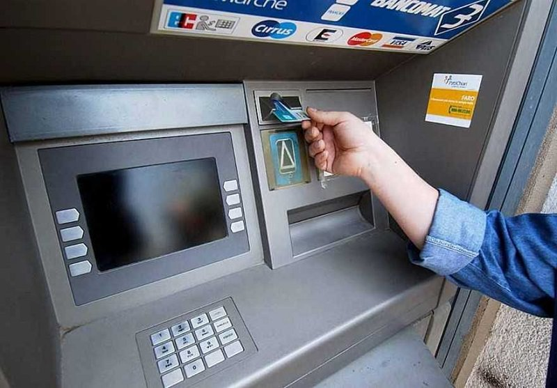 Minacciato e costretto a consegnare denaro prelevato dal bancomat: rapina in pieno giorno in piazza Vittorio Veneto