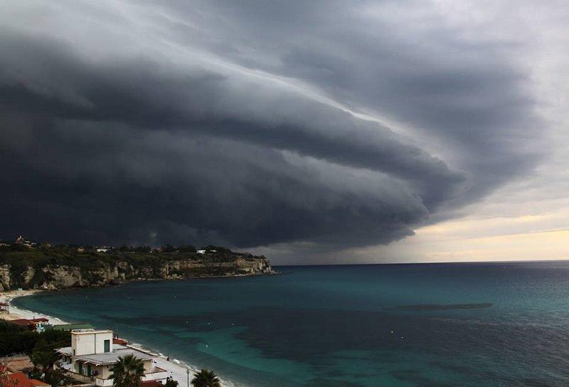 Ciclone Mediterraneo in arrivo in Sicilia, alluvioni e forti venti: allerta rossa a Catania, Messina, Ragusa e Siracusa