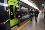 Auto ferma accanto alle barriere del passaggio a livello e donna in pericolo sui binari: treni in ritardo sulla Palermo-Messina