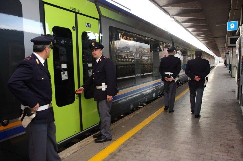 Catania, aspirante suicida piange a dirotto e parla da solo vicino ai binari: salvato dalla polizia