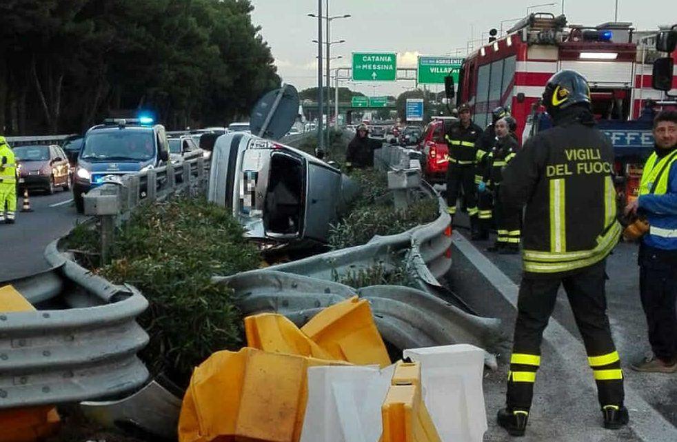 A19 in tilt, auto si ribalta restringendo la carreggiata: traffico rallentato tra Catenanuova e Agira