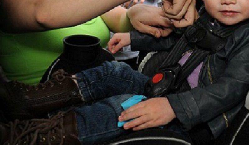 Catania, rinchiuso in auto sotto il sole nel parcheggio dell'aeroporto: bambino salvato dalla polizia